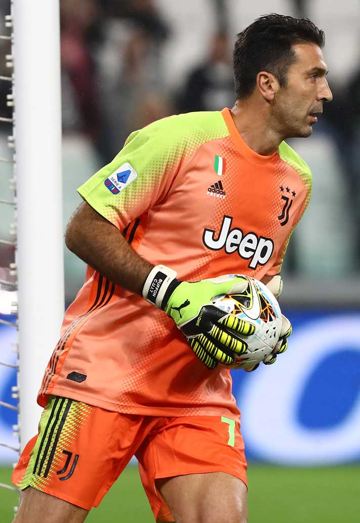 25-juventus-addias-palace-kit.jpg