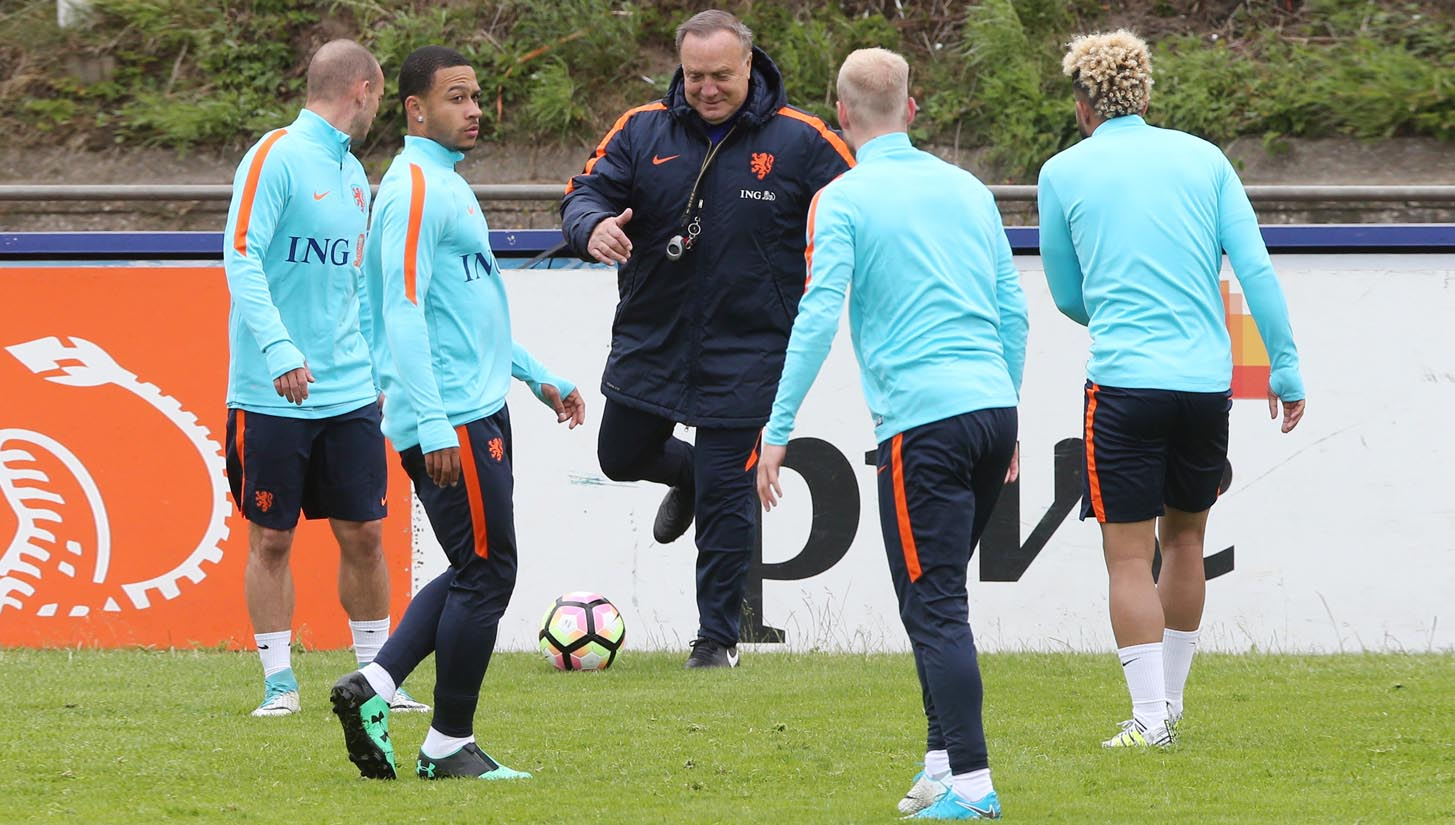 a19821b570 Memphis Depay Trains in Unreleased Under Armour Zip Football Boots -  SoccerBible.