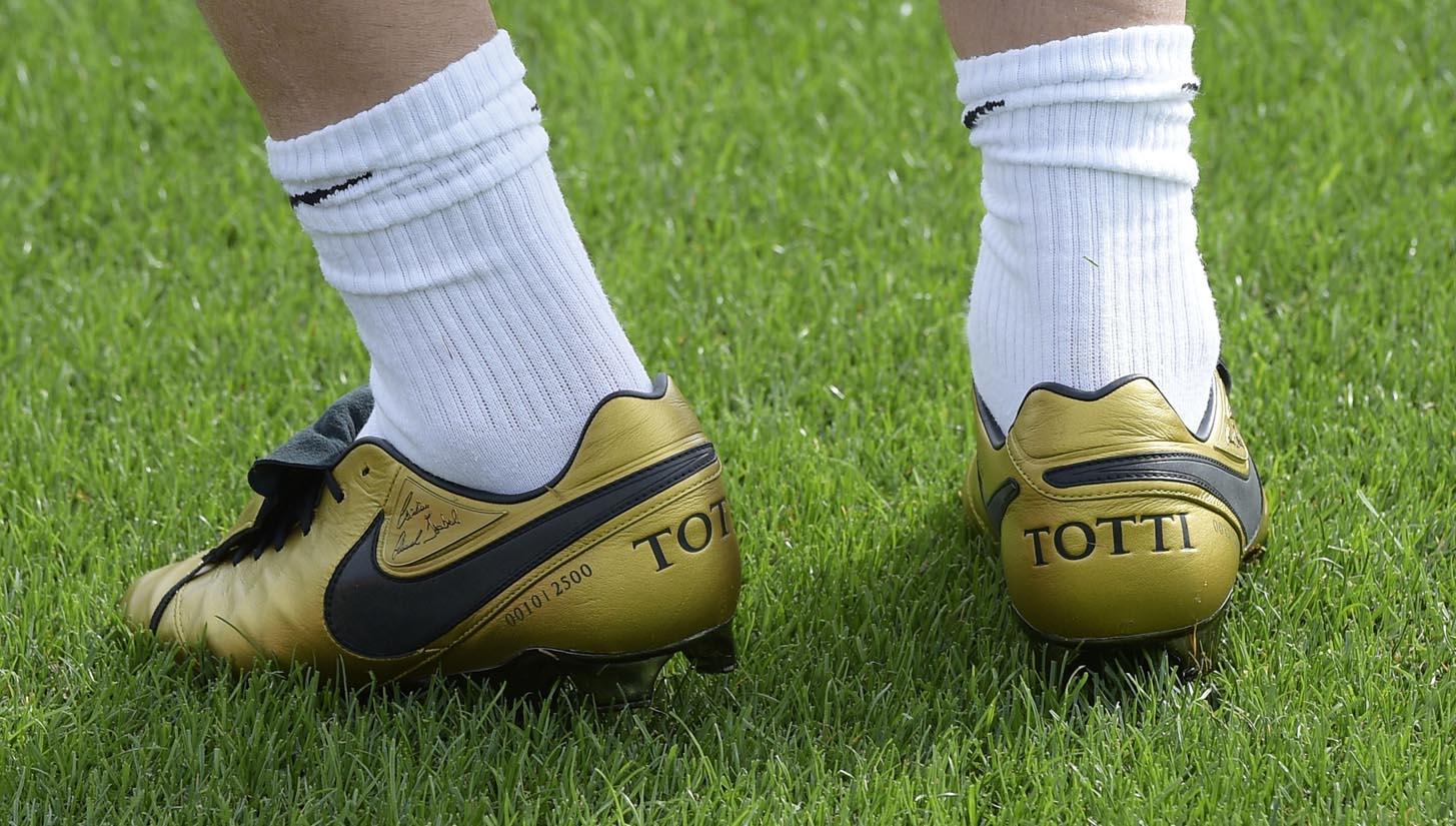 the best attitude a8049 0542b Francesco Totti Trains in Signature Nike Tiempo Football ...