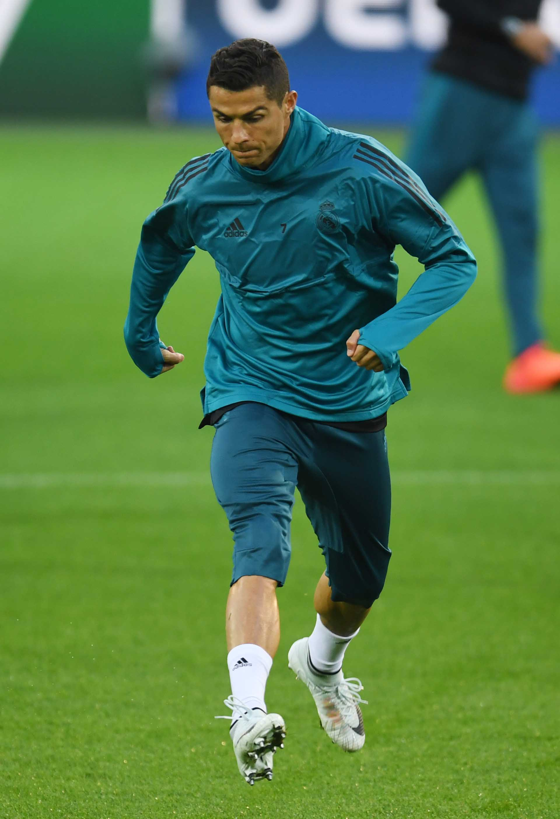 CR7 Trains in Signature Chapter 5 Mercurial - SoccerBible 084a3f090